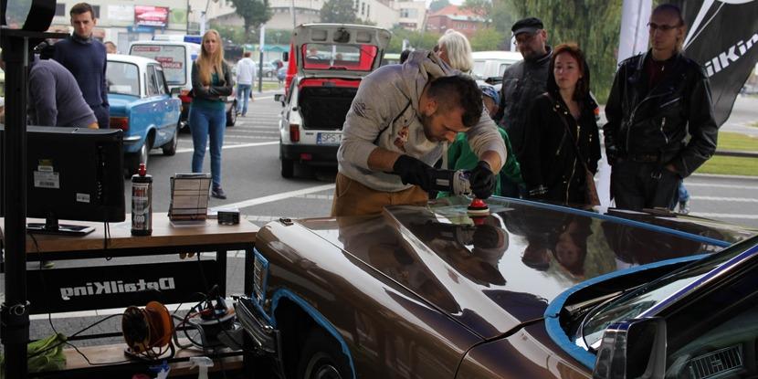 Pokaz na renowacji lakieru na wystawie samochodów zabytkowych