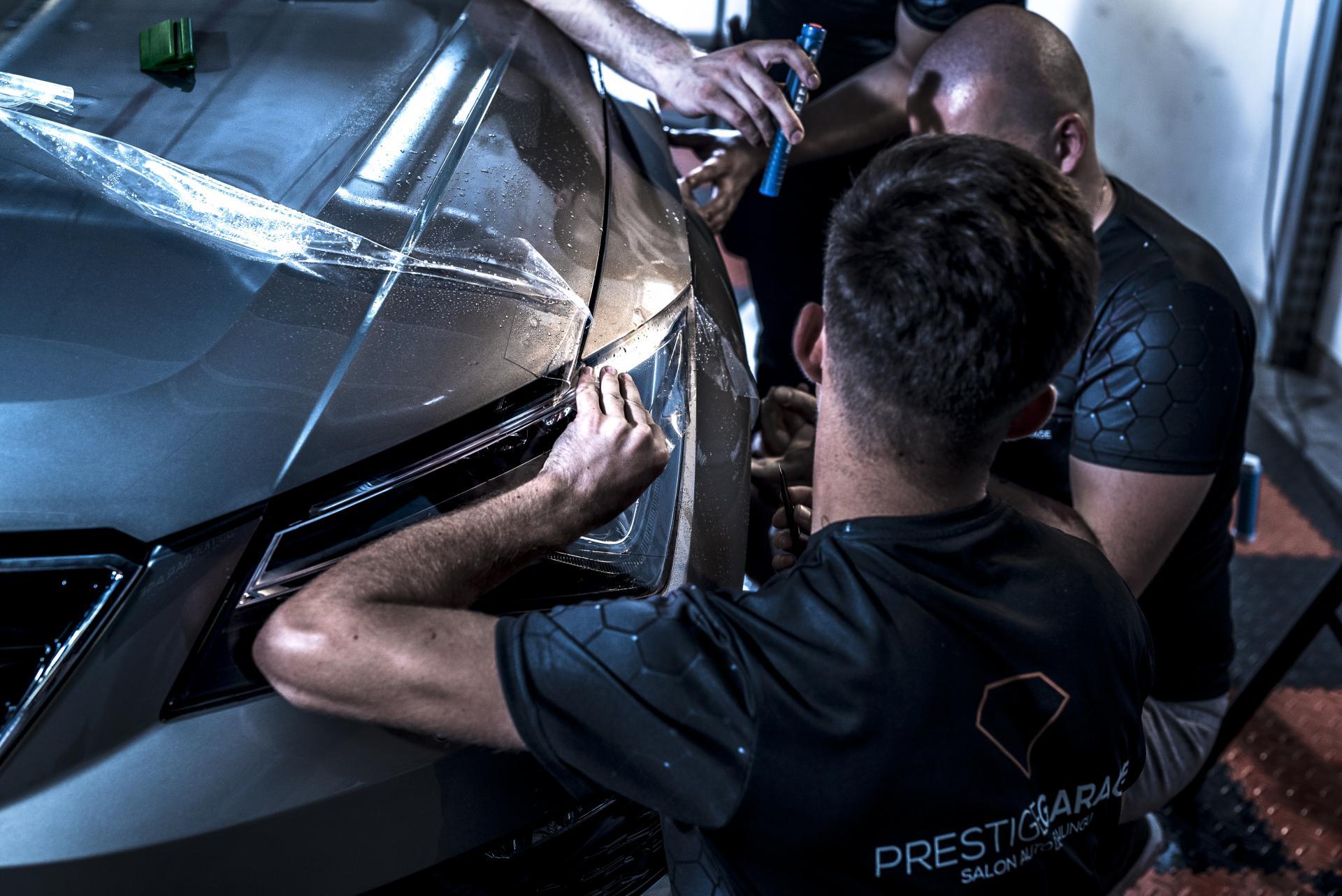 Oklejanie samochodu przez ekipe prestige