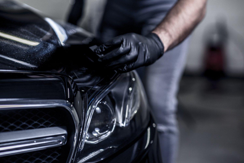 Renowacja lakieru czarnego samochodu