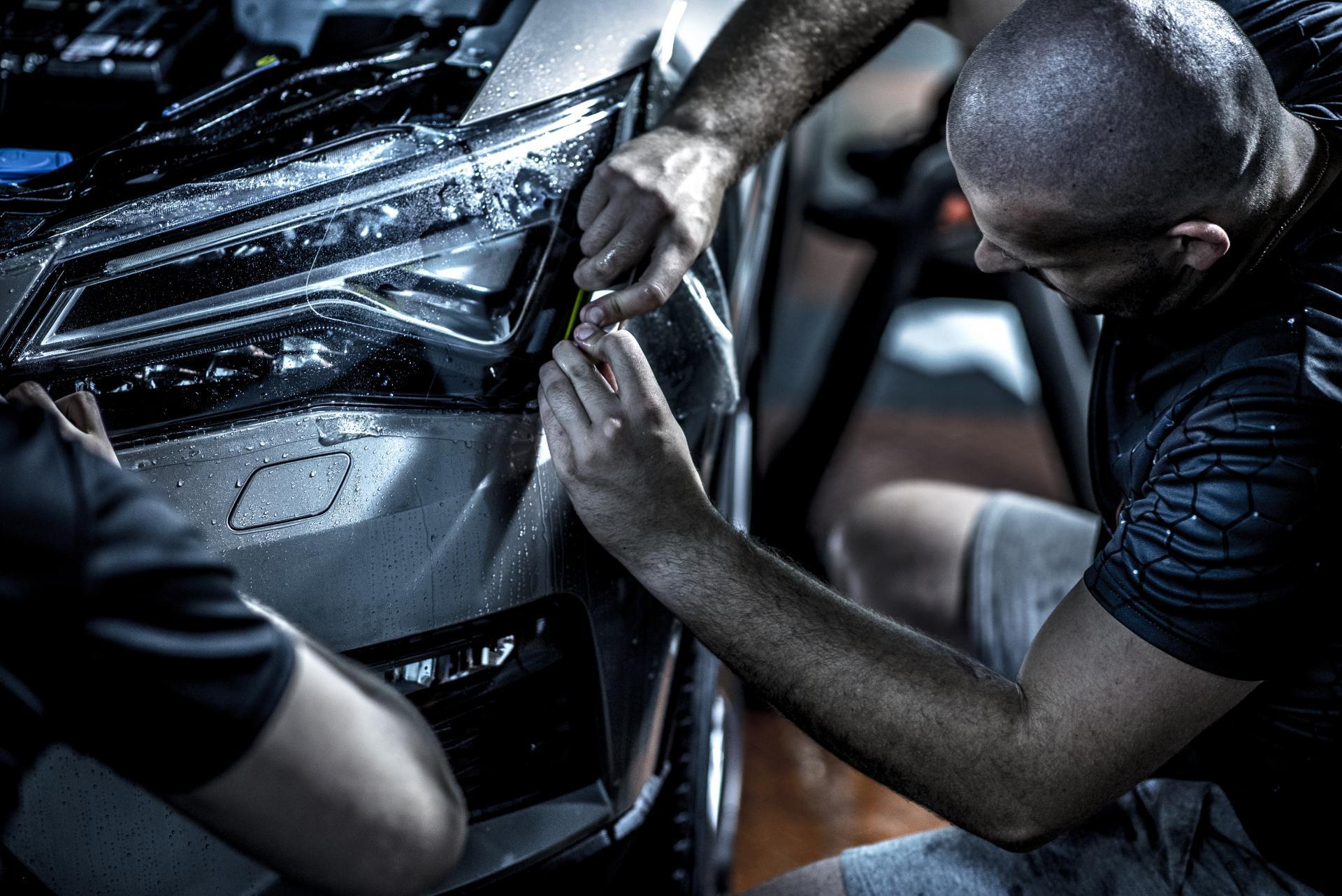 Naklejanie folii ochronnej na samochód