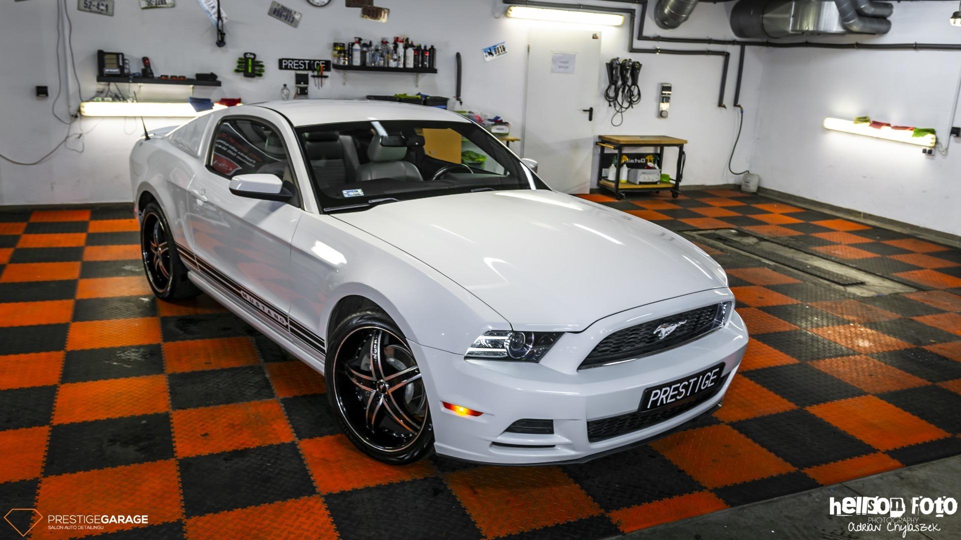 Biały Ford Mustang V-gen prawy bok