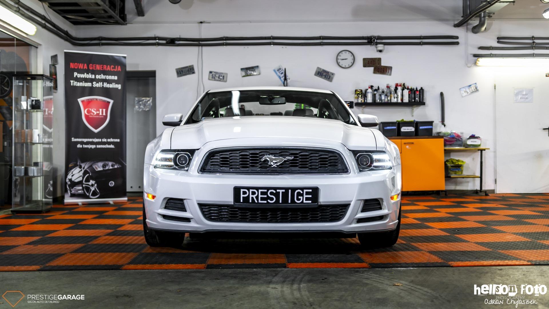Biały Ford Mustang V-gen przód maskas i lampy