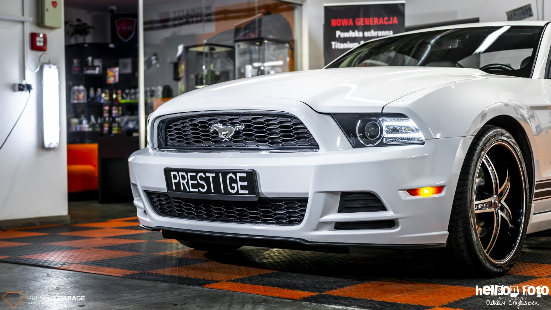 Biały Ford Mustang V-gen przód
