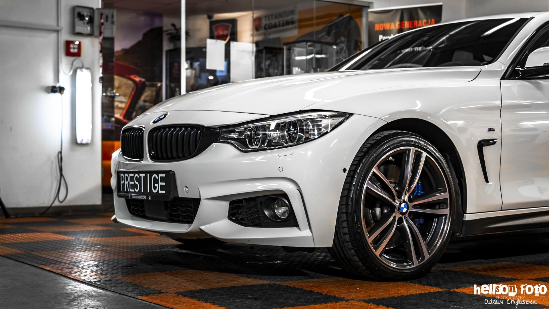 Białe BMW serii 4 lewe nadkole