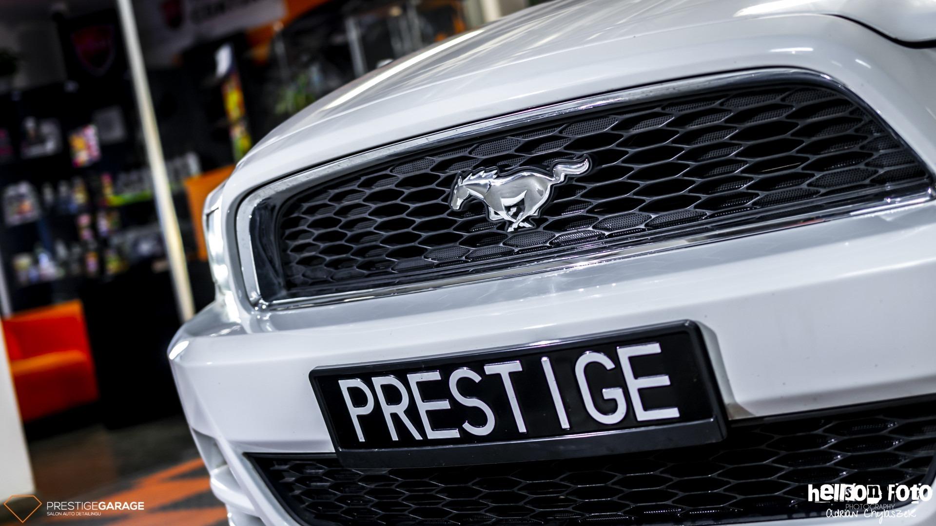 Biały Ford Mustang V-gen znaczek