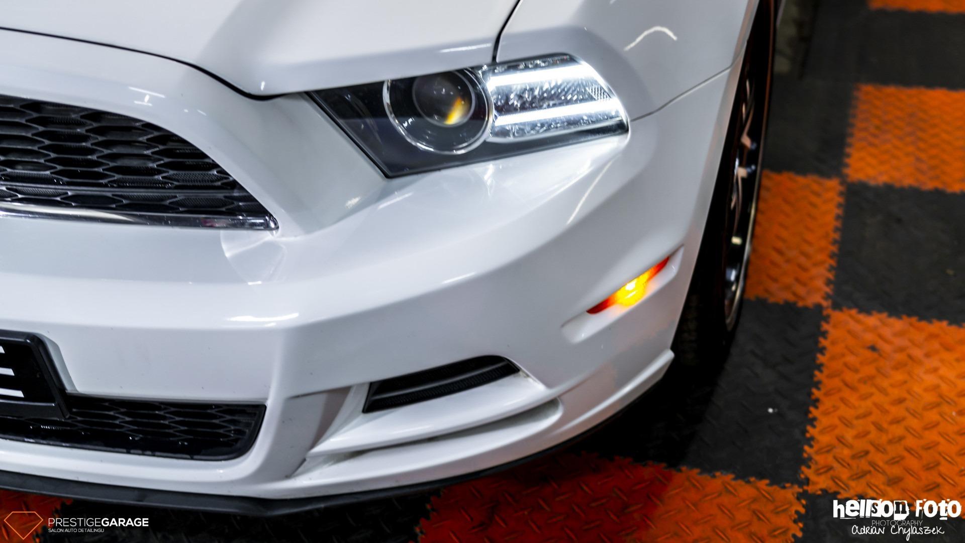 Biały Ford Mustang V-gen lampa
