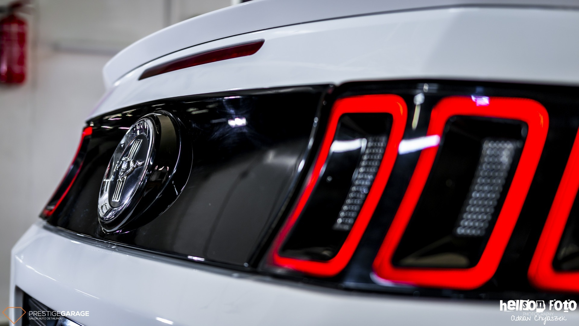 Biały Ford Mustang V-gen bagażnik lampy