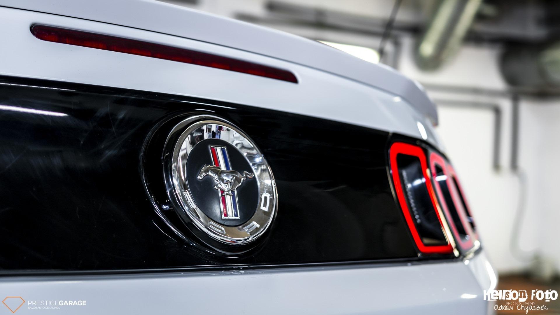 Biały Ford Mustang V-gen bagażnik