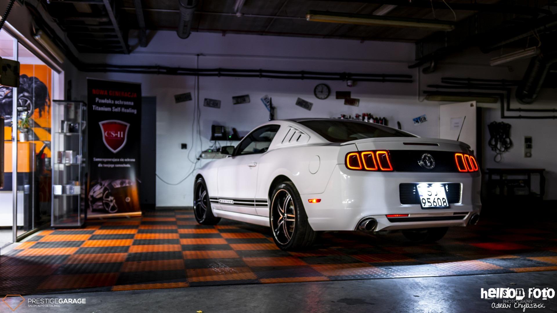 Biały Ford Mustang V-gen klimat