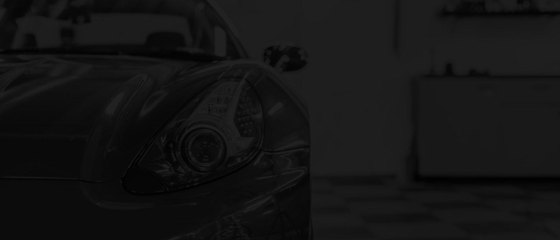 Przyciemnione zdjęcie sportowego samochodu