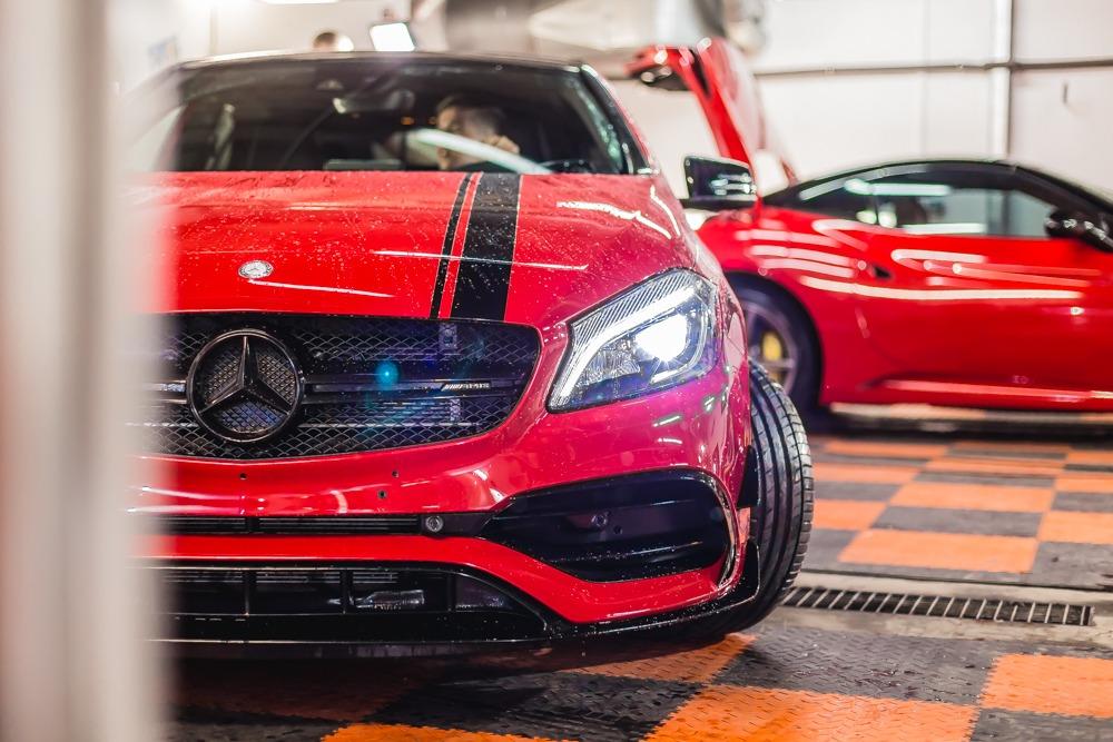Czerwony Mercedes-Benz AMG szybki i wściekły