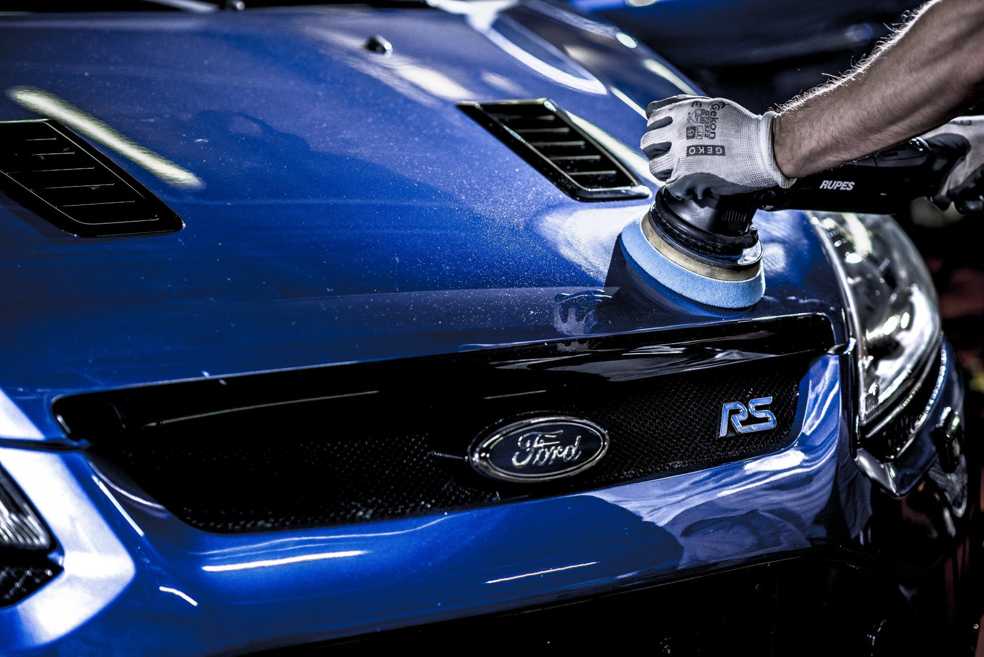 Niebieski Focus RS renowacja lakieru na masce